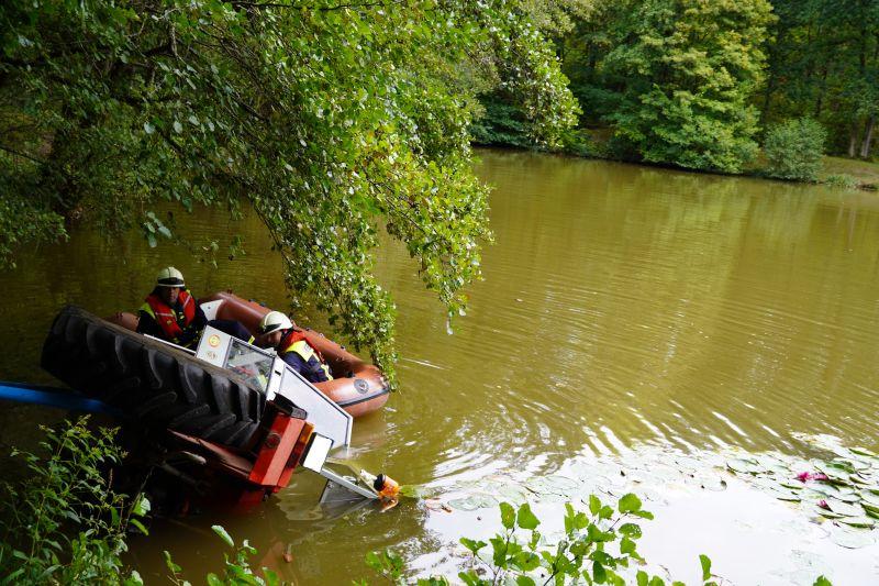 Traktor gerät in Angelweiher