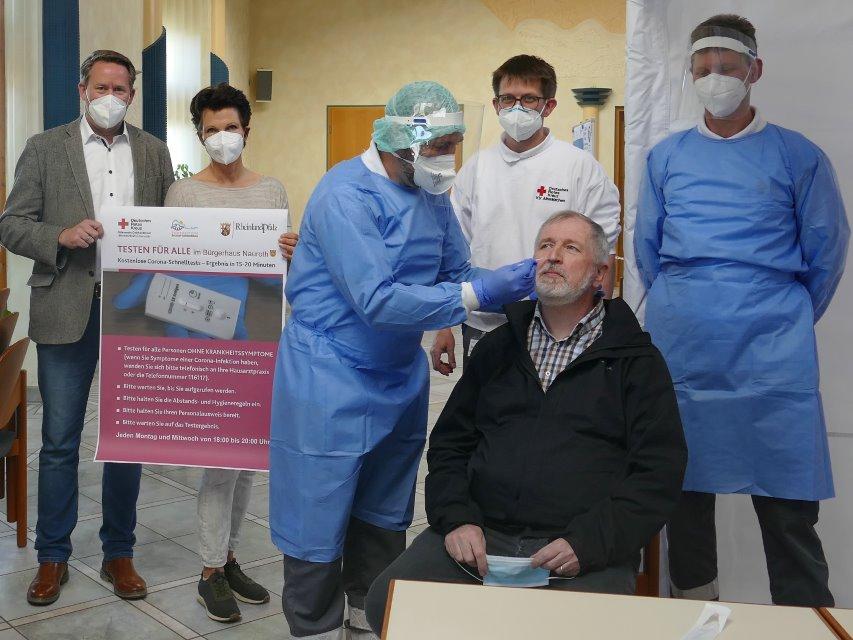 Von links: Joachim Brenner, Gabi Heidrich (Ortsbürgermeisterin) Joachim Hüsch, der Konrad Schwan testet, Steffen Nilius und Dominik Meyer (Foto: ma)