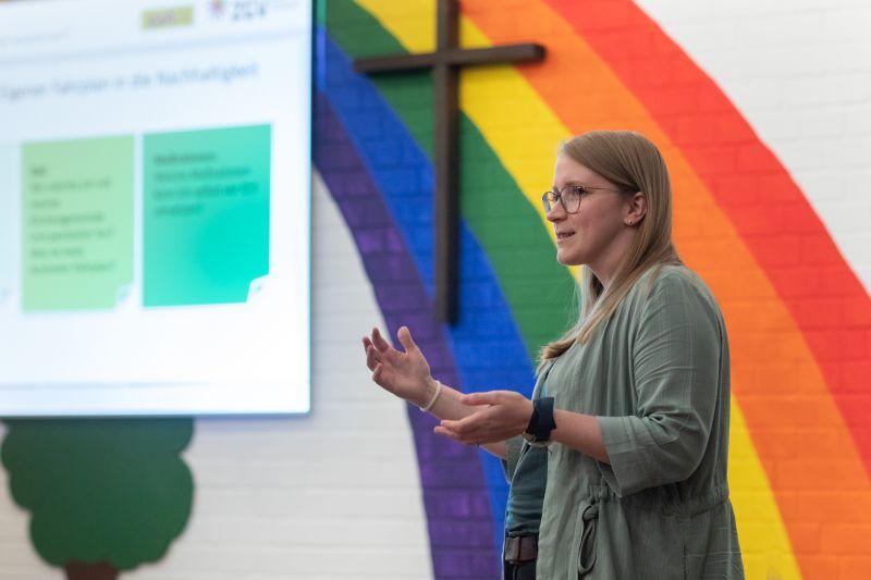 Die Referentin Cassandra Silk gab gemeinsam mit Hartmut Baden in Westerburg wertvolle Tipps, wie Kirchengemeinden im Alltag nachhaltiger agieren können. Fotos: Peter Bongard