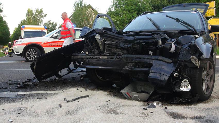 Schwerer Unfall auf B 8 – drei Verletzte