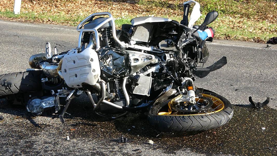 Schwerer Verkehrsunfall zwischen Motorradfahrer und Transporter