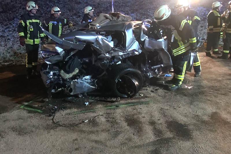Schwerer Unfall mit zwei Toten und zwei schwer Verletzten
