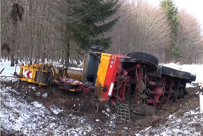 Unfall mit lebensgefährlich verletztem Kranwagenfahrer