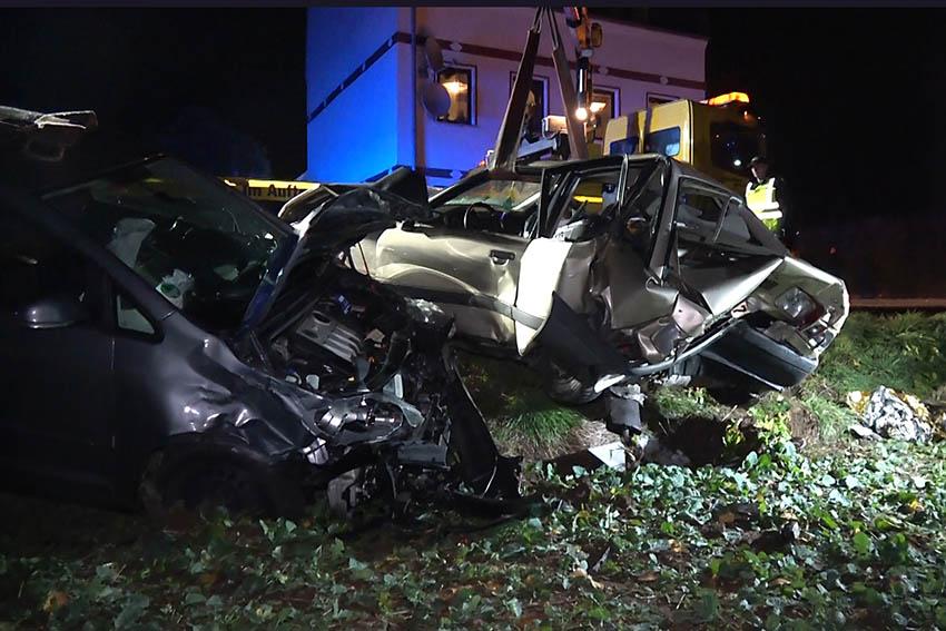 Unfall mit drei verletzten Personen und sieben kaputten PKW