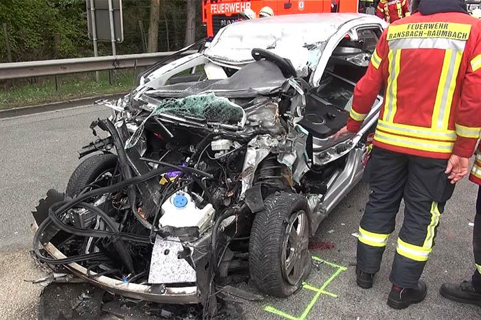 A 48: PKW fährt unter LKW - Fahrer schwer verletzt