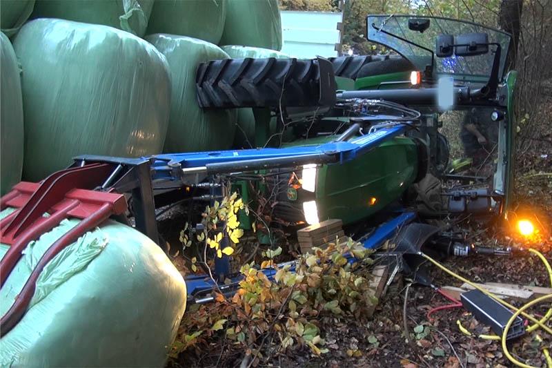 Traktorgespann kommt von Straße ab - Eine Person schwerverletzt