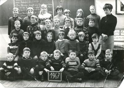 Das 1967 entstandene Foto zeigt die Jahrgänge 1958 bis 1960 der damals noch katholischen Volksschule mit Lehrerin Ingemarie Geimer. Foto: Archiv Linke