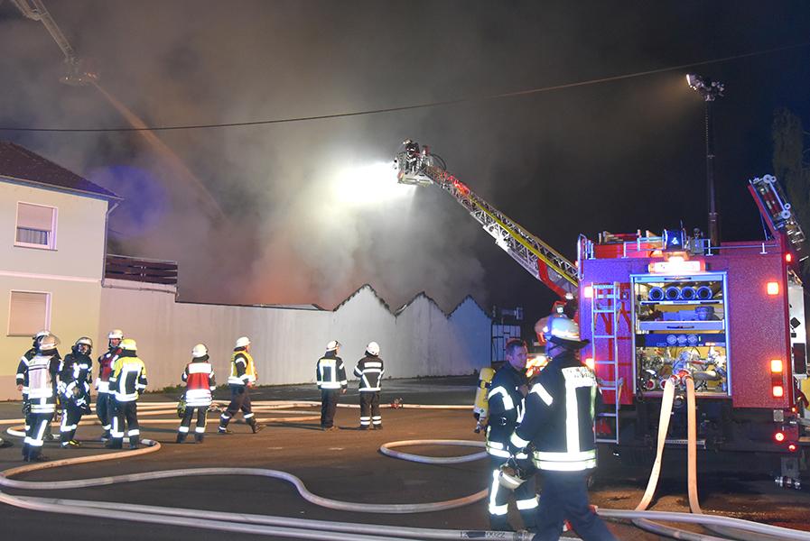 Großbrand in Unkel fordert 150 Feuerwehrleute