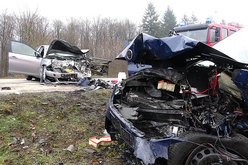 Frontalzusammenstoß auf der B256 - Drei Schwerverletzte