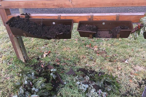 Blumenkästen und Umzäunung in Dierdorf zerstört