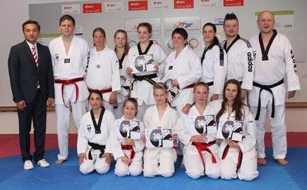 Schwarzgurt-Pr�fung im Taekwondo erfolgreich gemeistert
