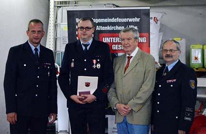 Michael Heinemann wurde mit dem silbernen Ehrenkreuz am Band ausgezeichnet und erneut zum Wehrführer Löschzug Altenkirchen ernannt. Fotos: kkö