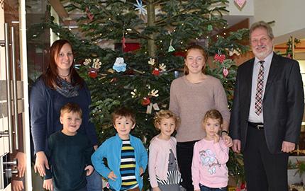 Festlicher Weihnachtsbaum schm�ckt Volksbank Hamm