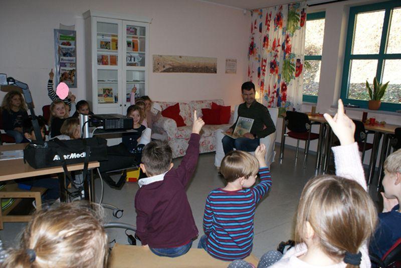 Stadtbürgermeister Stefan Leukel im Kinderhaus zum Vorlesen