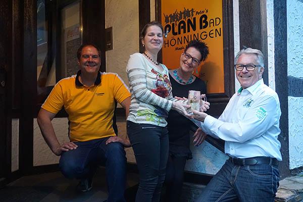 Peter und Erika Sauermann sowie Margit Lauer überreichten die Spende an Jürgen Grünwald. Foto: Andreas Kossmann