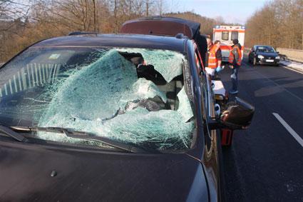 Eisplatte durchschlug Windschutzscheibe - 59-Jähriger schwer verletzt
