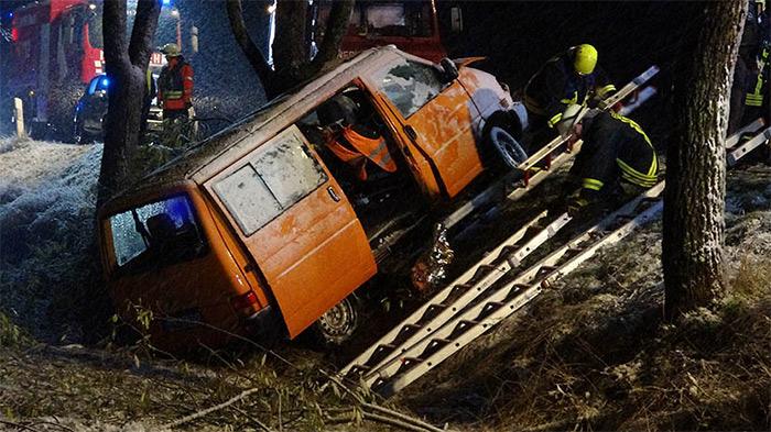 Fahrer durch Unfall auf winterglatter Fahrbahn schwer verletzt