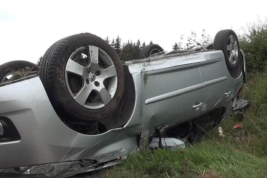 B 255: PKW überschlägt sich – drei Schwerverletzte