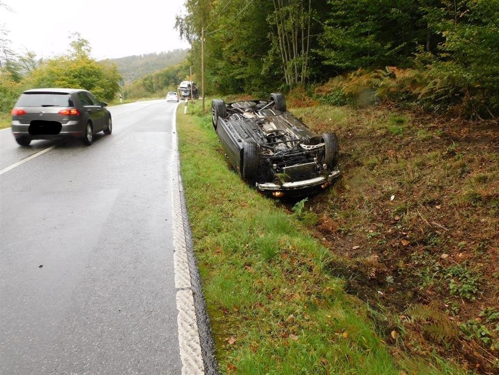Auto überschlägt sich in Wallmenroth und Verkehrsunfallflucht vor Hövels-Wingertshardt