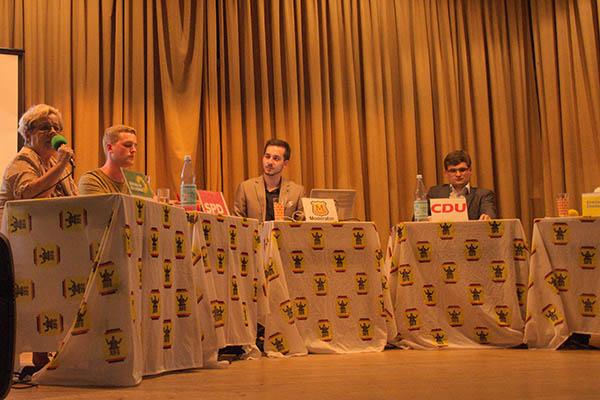 Jugendvertreter der Parteien diskutieren in der Aula der IGS