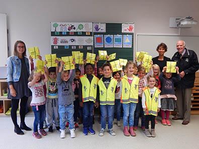 Warnwesten für Erstklässler an der Grundschule Hamm/Sieg
