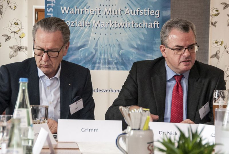 """MdB Dr. Andreas Nick (rechts) referierte in Wirges auf Einladung des Sektionssprechers des CDU Wirtschaftsrates, Jürgen Grimm, zu """"Chancen der Digitalisierung"""". Fotos: menzel-online.de"""