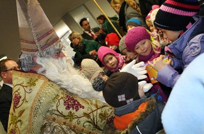 Der Nikolaus besucht auch in diesem Jahr den Hammer Weihnachtsmarkt. Foto: Archiv AK-Kurier