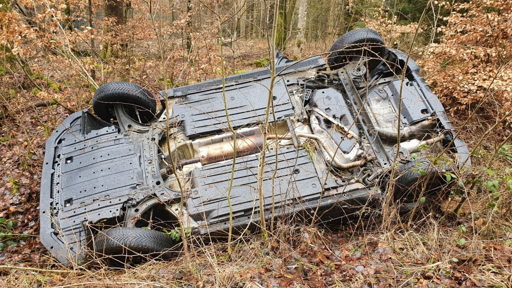 Auslaufende Betriebsstoffe aus verunfalltem PKW – Feuerwehr errichtet Ölsperre