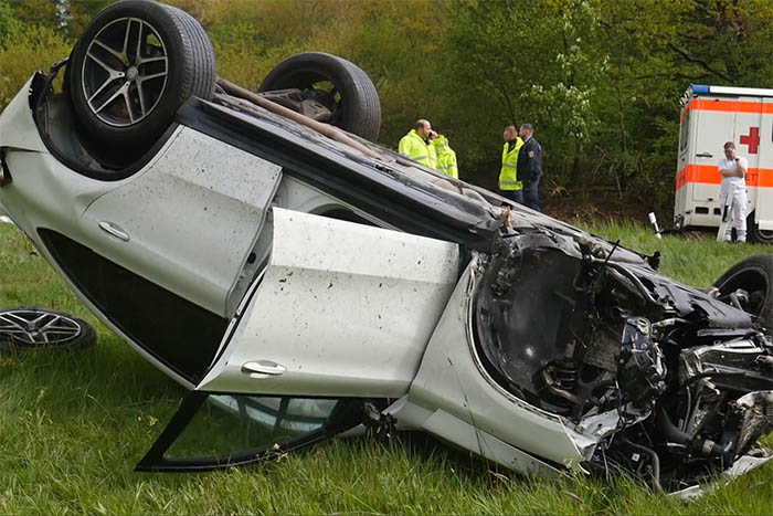Schwerer Unfall - Fahrer mit Hubschrauber in Klinik geflogen