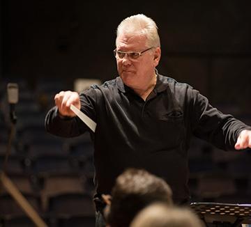 Das Konzert leitet Bruce Whiston. Foto: Veranstalter