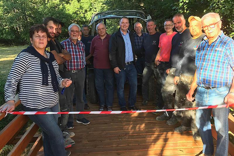 Schafsbrücke in Wienau in Arbeitseinsatz erneuert