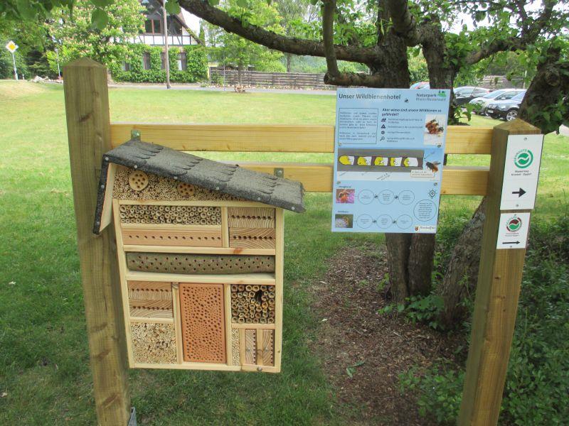 Wildbienenhotel und Infotafel an einer Kita in Krunkel-Epgert. Foto: Naturpark Rhein-Westerwald