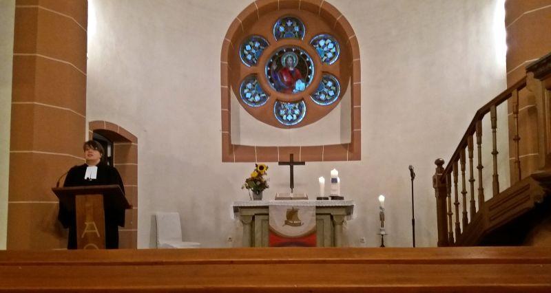 """Pfarrerin Hilke Perlt thematisierte in ihrer Predigt im Abendgottesdienst in Willmenrod die Aktion Lucia """"Lichter gegen Brustkrebs"""". Foto: Hildegard Peter"""