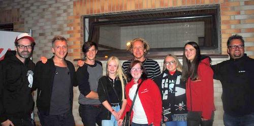 Die Gruppe Kasalla mit Fans in Willroth. (Foto: kkö)