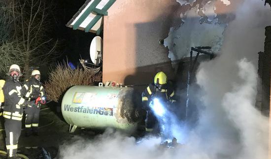 Feuerwehr Hamm unterst�tzt bei Brand in Windeck