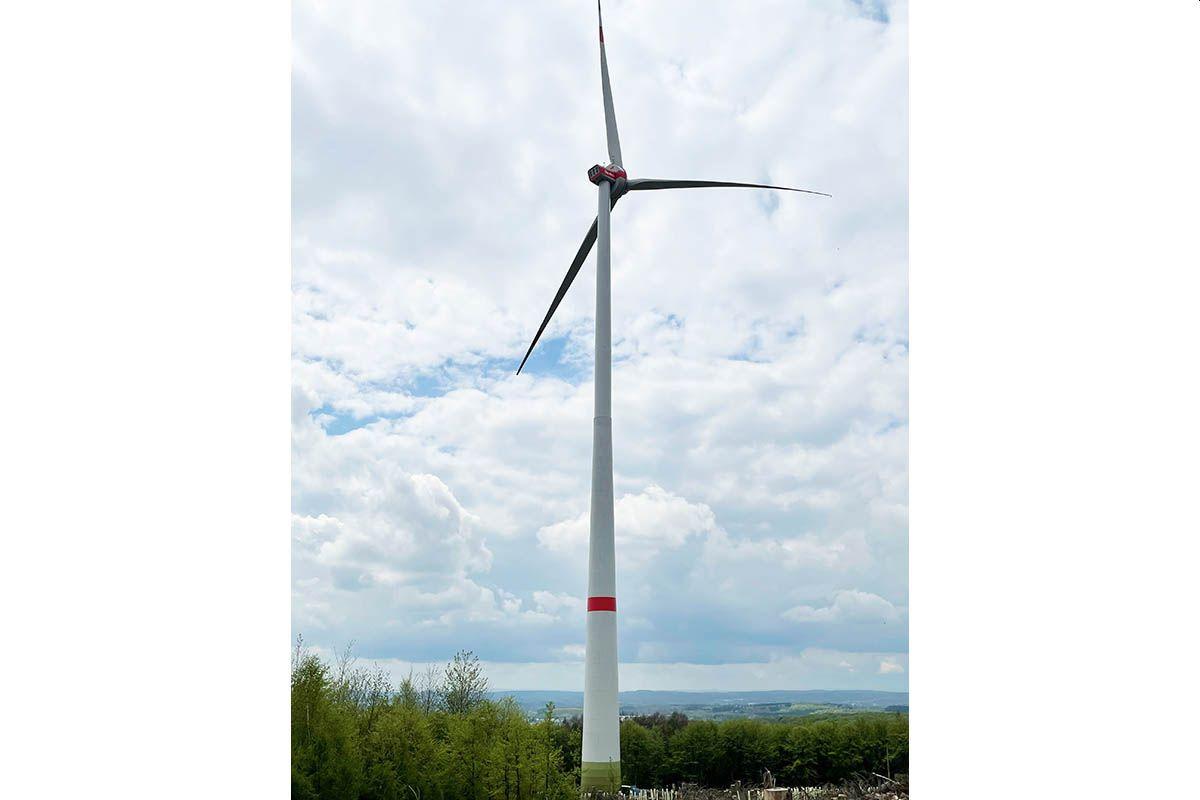 Zwei Windkrafträder auf dem Hartenfelser Kopf in Betrieb