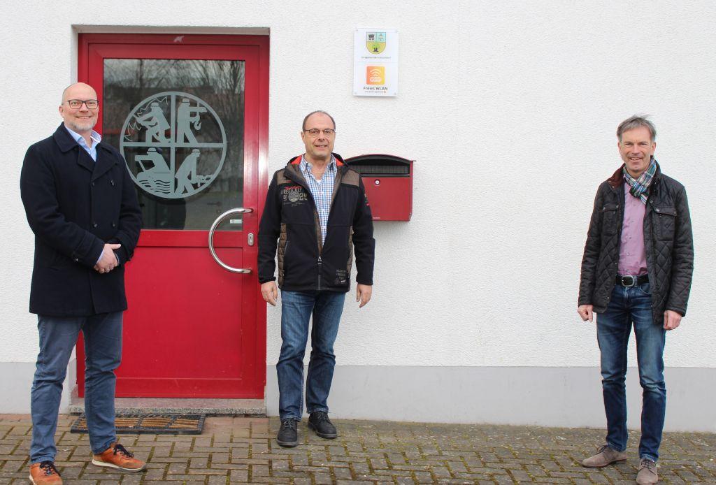 Freuen sich über den neuen WLAN-Punkt in Freirachdorf: (v. l.)  Ratsmitglied Jens Geppert, Ortsbürgermeister Hans-Peter Hebel und evm-Kommunalbetreuer Norbert Rausch. Foto: evm