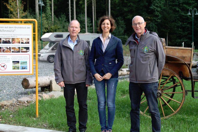 Von links: Bürgermeister Thilo Becker, Eigentümerin Malika Jakobs und Touristiker Markus Ströher am neuen Wohnmobilepark. Foto: privat