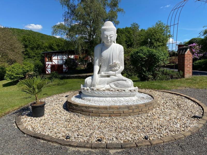 Der weiße Buddha vom Kloster Hassel. Fotos: Björn Schumacher