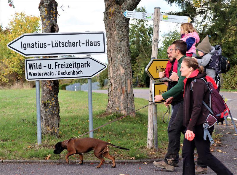 """Beim Westerwald-Verein im Buchfinkenland dürfen auch Familien mit ihrem """"Kurzen"""" bei kurzen Wanderungen gerne dabei sein – und hinterher zusammen einkehren. Foto: privat"""