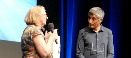 """Ranga Yogeshwar fand es """"cool"""", in einer Satdt namens Wissen zu sein. Maria Bastian-Erll, Programmleiterin der Westerwälder Literaturtage, freute sich - auch über ein ausverkauftes Haus. (Foto: GW)"""
