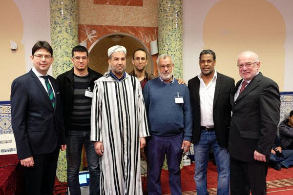 Beteten mit vielen Besuchern gemeinsam in der Omar Al-Farouk Moschee: (Von links nach rechts) Michael Mang, (Beigeordneter), Abdessamad Saghir (Kassenwart), Mohammed El Baidi (Imam), Nordin Saghir (Schriftführer), Mohamed Akchich (Vorstand), Safi Asseila (stellv. Vorstand), Nikolaus Roth (Oberbürgermeister). Foto: Privat