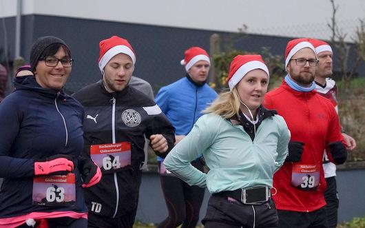 96 Läuferinnen und Läufer, darunter zehn Walker, gingen auf die zehn Kilometer lange Strecke des ersten Hachenburger Glühweinlaufs. (Foto: Veranstalter)