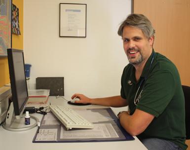 Dr. Simon Danckworth im Arztzimmer MVZ Praxis Freudenberg. Foto: DRK Pressestelle