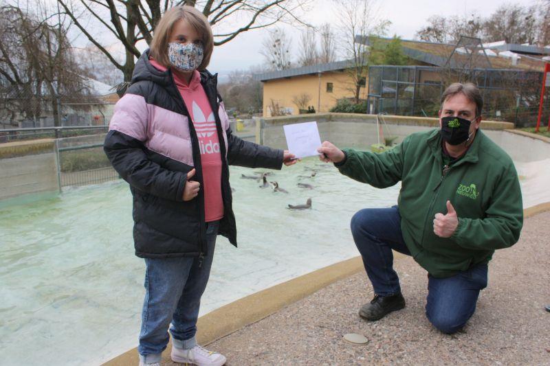 Nele Gutheil bei der Spendenübergabe an Mirko Thiel im Zoo Neuwied. Foto: privat
